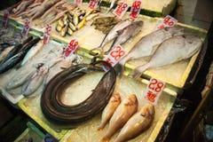 Asiat entgegen dem Fischmarkt Stockbild