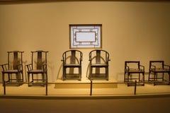 Asiat Kina, Peking, nationellt museum, mässhallen, antikt wood möblemang Arkivfoto