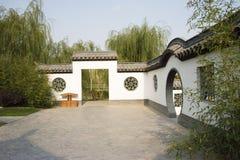 Asiat Kina, Peking, trädgårds- expo, antika byggnader, vita väggar, grå färgtegelplattor, blommafönster Arkivbilder