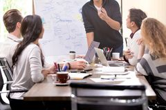 Asiat och Caucasians för affärsgrupp som använder konferensrummet, arkivbilder
