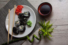 Asiat rollt mit Kaviar Stockfotografie