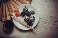 Asiat rollt mit Kaviar Stockfoto