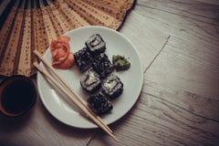 Asiat rollt mit Kaviar Lizenzfreies Stockfoto