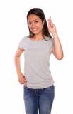 Asiat som ler den unga kvinnan som korsar fingrarna Arkivfoton