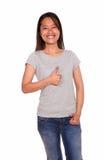 Asiat som ler den unga kvinnan som visar dig det ok tecknet Arkivbild