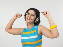 asiat som tycker om kvinnligmusik Arkivbild