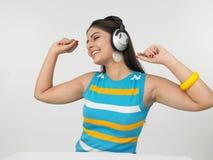 asiat som tycker om kvinnligmusik Royaltyfri Fotografi