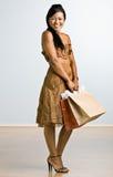 asiatet bags holdingshoppingkvinnan Arkivfoto