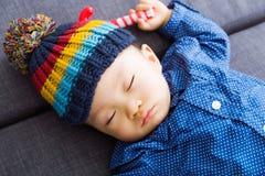 Asiatet behandla som ett barn att sova för pojke arkivbild