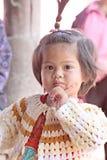 Asiatet behandla som ett barn barnet som flickan är poserar älskvärt. Royaltyfri Bild