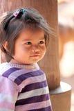Asiatet behandla som ett barn barnet som flickan är stirrig på något. Royaltyfri Bild