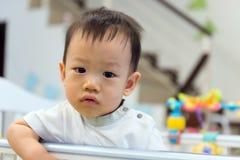 Asiatet behandla som ett barn den gulliga pojken i lathund Arkivbild