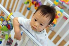 Asiatet behandla som ett barn den gulliga pojken i lathund Arkivfoton