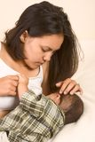 asiatet behandla som ett barn den härliga pojken som breastfeeding henne momen Arkivfoto