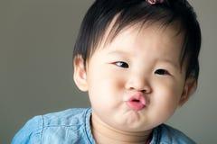 Asiatet behandla som ett barn flickahandväskakanten Royaltyfria Foton