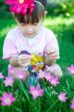 Asiatet behandla som ett barn flickan med blomman Arkivfoto