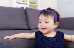 Asiatet behandla som ett barn leende Arkivfoto