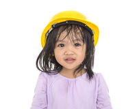 Asiatet behandla som ett barn leende- och bärasäkerhetshjälmen Royaltyfri Bild