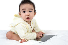 Asiatet behandla som ett barn lekleken med minnestavlaPC Arkivbild