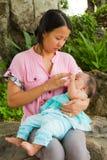 asiatet behandla som ett barn mata henne kvinnan Royaltyfri Foto