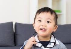Asiatet behandla som ett barn pojken fotografering för bildbyråer