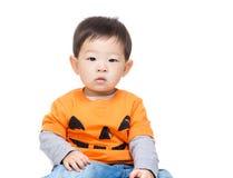 Asiatet behandla som ett barn pojken med den halloween dressingen Royaltyfria Foton