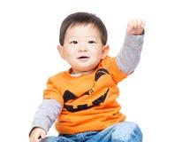 Asiatet behandla som ett barn pojken med den halloween dressingen Fotografering för Bildbyråer