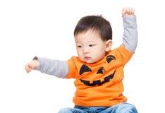 Asiatet behandla som ett barn pojken med den halloween dressingen Royaltyfri Foto