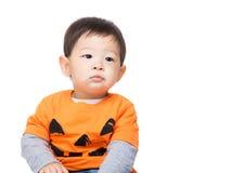 Asiatet behandla som ett barn pojken med den halloween partidressingen Arkivbild
