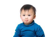 Asiatet behandla som ett barn pojken trutar kanten royaltyfria bilder