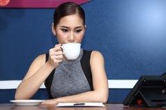 Asiatet för affärskvinnan har kaffe för arbete i morgon Fotografering för Bildbyråer