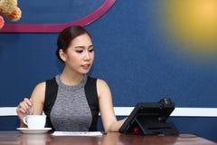 Asiatet för affärskvinnan har kaffe för arbete i morgon Arkivbilder