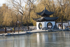 Asiatet Kina, Peking, Taoranting parkerar, vinterlandskapet, paviljonger, terrasser och öppnar korridorer Royaltyfri Foto