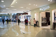 Asiatet Kina, Peking, Wangfujing, APM-köpcentret, inredesign shoppar, Arkivbild