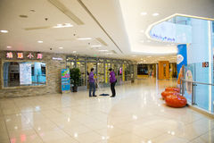 Asiatet Kina, Peking, Wangfujing, APM-köpcentret, inredesign shoppar, Royaltyfria Foton