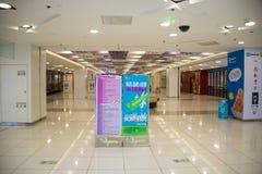 Asiatet Kina, Peking, Wangfujing, APM-köpcentret, inredesign shoppar, Royaltyfri Bild