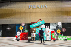 Asiatet Kina, Peking, Wangfujing, Prada shoppar Royaltyfri Bild