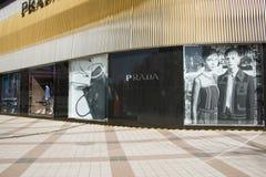 Asiatet Kina, Peking, Wangfujing, Prada shoppar Fotografering för Bildbyråer