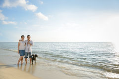 Kopplar ihop med förföljer på stranden Royaltyfri Foto