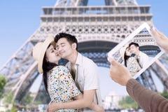 Paris eiffel står hög romantiker kopplar ihop att kyssa Fotografering för Bildbyråer