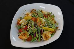 Asiatic stylowe garnele sałatkowe z cytrus sałatą i owoc fotografia royalty free