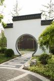 Asiatico Cina, costruzioni antiche, pareti bianche, mattonelle, intorno alla porta Fotografia Stock Libera da Diritti