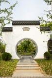 Asiatico Cina, costruzioni antiche, pareti bianche, mattonelle, intorno alla porta Immagini Stock Libere da Diritti