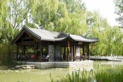 Asiatico Cina, Pechino, padiglione architettonico di ŒWaterside del ¼ del landscapeï del giardino antico cinese Fotografia Stock Libera da Diritti