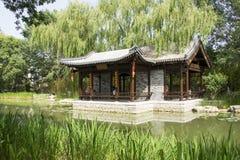 Asiatico Cina, Pechino, padiglione architettonico di ŒWaterside del ¼ del landscapeï del giardino antico cinese Immagini Stock Libere da Diritti