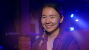 Asiatico sorridente delle giovani donne ad una tavola in un night-club video d archivio