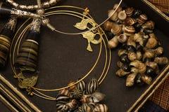 Asiatico tradizionale dell'oro dei gioielli fatti a mano del mestiere sulla scatola Fotografia Stock