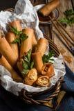 Asiatico tradizionale Fried Spring Rolls con la salsa di immersione Immagini Stock