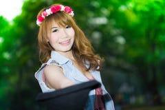 Asiatin auf grünem Hintergrund Lizenzfreie Stockfotografie