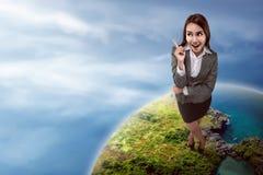 Asiatin, das attraktiv und überzeugt schauen Lizenzfreies Stockfoto